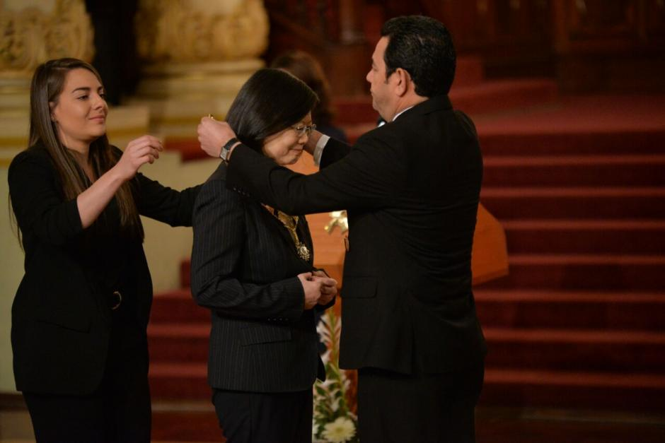 Morales le condecoró con la Orden del Quetzal.  (Foto: Wilder López/Soy502)