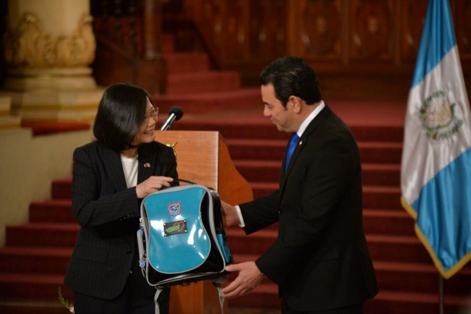 Además Taiwán hizo un aporte de mochilas y medicamentos.  (Foto: Wilder López/Soy502)