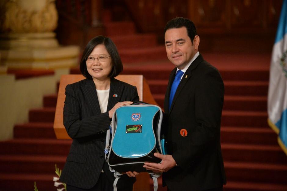 Mochilas e insumos médicos destacaron entre los regalos de Taiwán a Guatemala. (Foto: Archivo/Soy502)