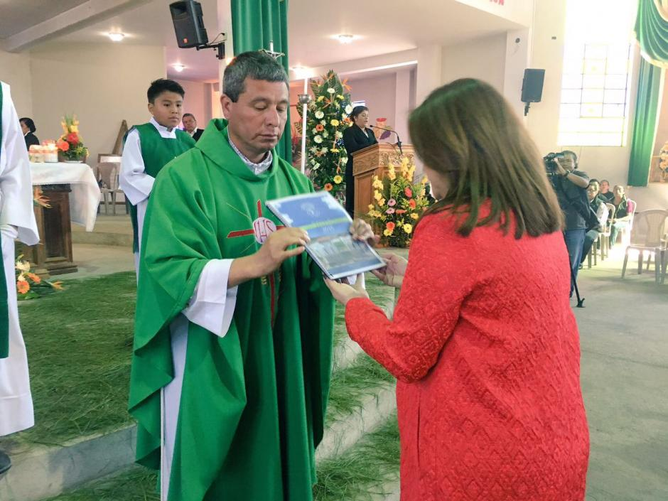 Momento en el que una representante de la municipal entrega el Informe de Labores 2016. (Foto: Municipalidad de Mixco)