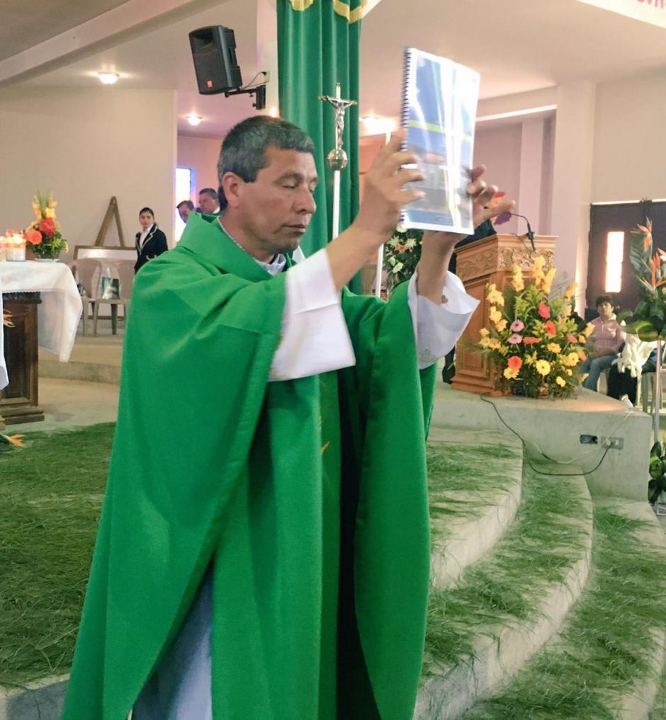 El sacerdote de la parroquia muestra el Informe de Labores a los asistentes a la misa. (Foto: Municipalidad de Mixco)