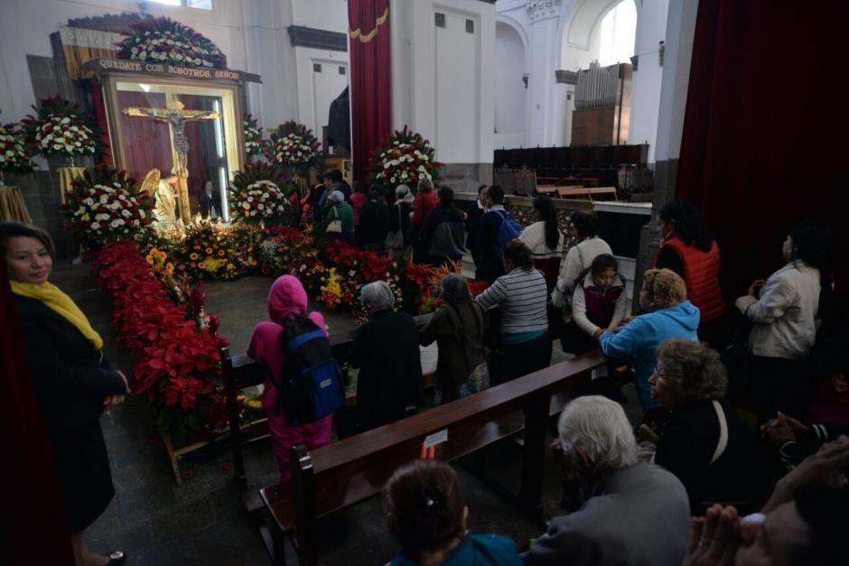 Feligreses visitan al Cristo Negro en Catedral Metropolitana. (Foto: Wilder López/Soy502)
