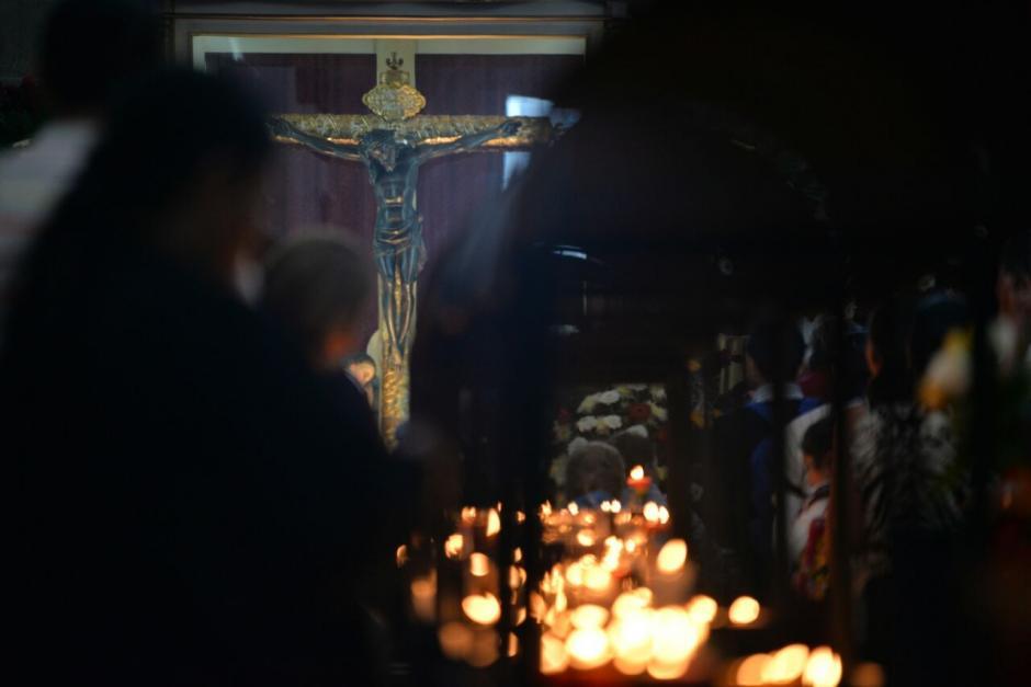 Decenas de personas se acercaron a las iglesias donde existen replicas en la Capital. (Foto: Wilder López/Soy502)