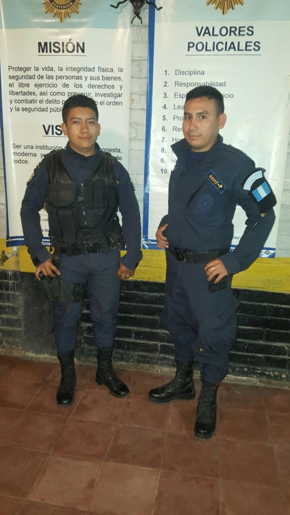 Los agentes Diego Santiago Velasco (izquierda) y Henry Alberto Rodas (derecha). (Foto: Facebook/PNC San Andrés Sajcabajá)