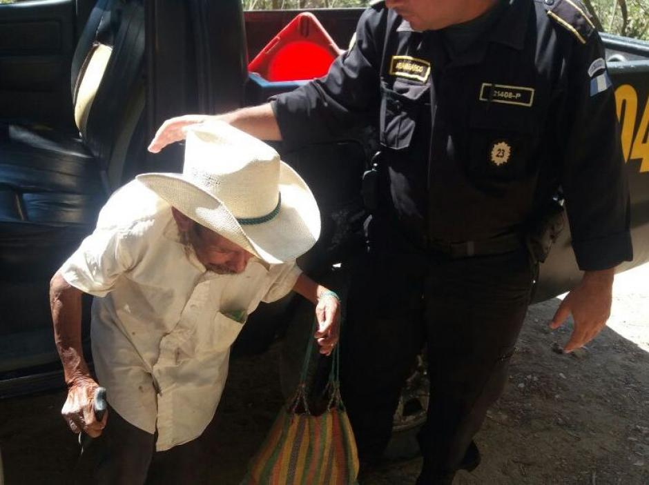 Agentes de la PNC asistieron a una persona de avanzada edad que caminaba con dificultad (Foto: PNC)