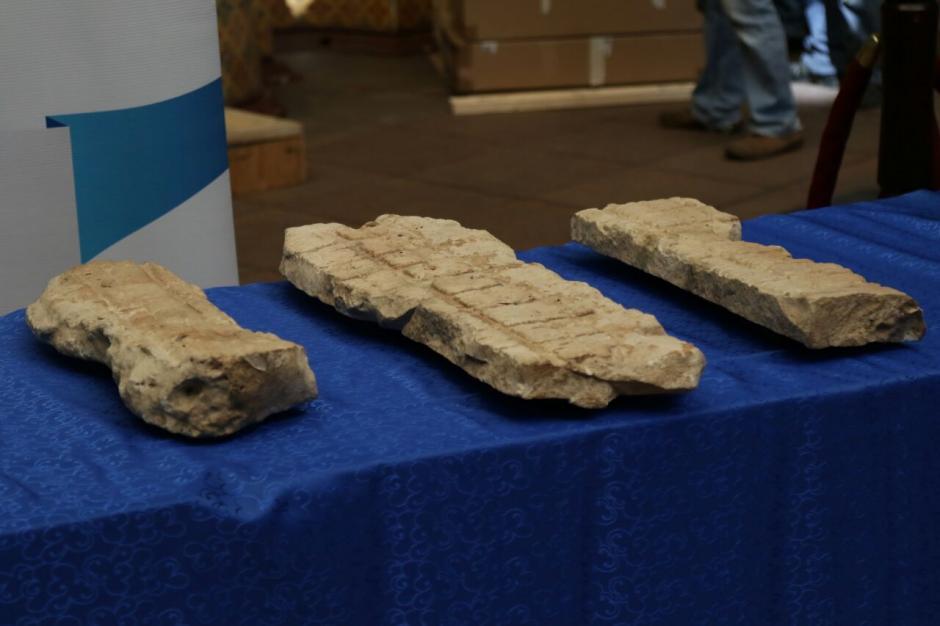 Estas piezas son fragmentos de un costado de la estela uno del sitio Dos Pilas. (Foto: Alejandro Balán/Soy502)