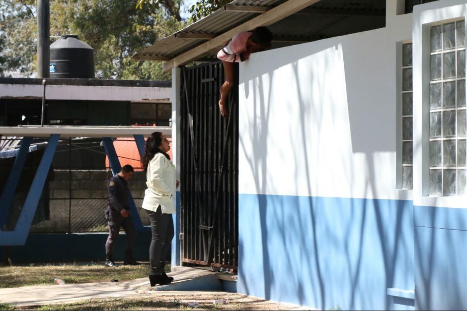 Un hombre internado en el Hospital Federico Mora intenta salir del módulo donde permanece encerrado junto a otros pacientes. (Foto: Alejandro Balam/Soy502)