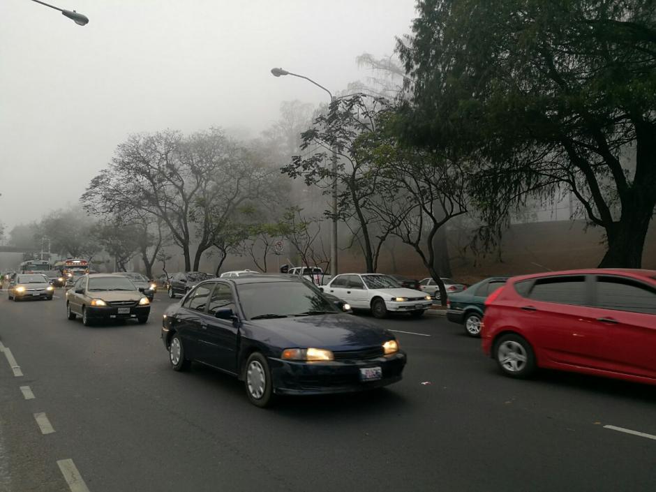 Los vehículos encienden sus luces como precaución. (Foto: Wilder López/Soy502)