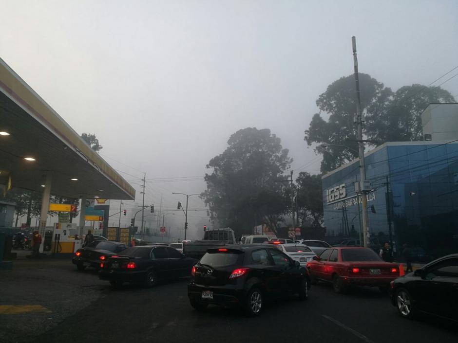 El tráfico de cada mañana se complicó con la poca visibilidad. (Foto: Wilder López/Soy502)