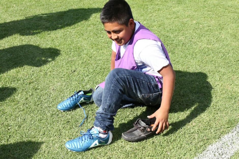 David se probó los zapatos que le regaló Carlos Kamiani. (Foto: Luis Barrios/Soy502)