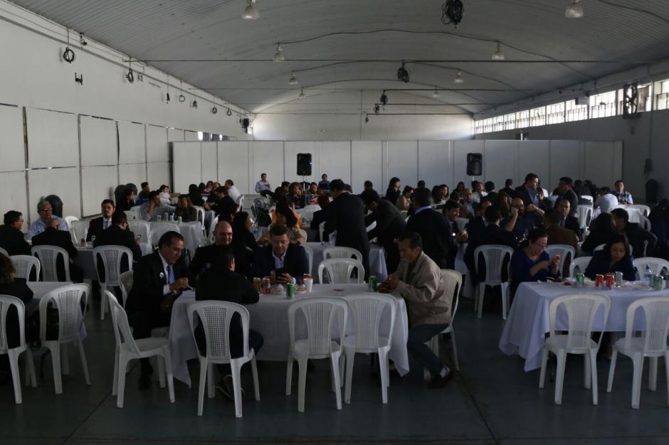 A la hora del almuerzo comieron en salones alquilados por planillas que buscaban ganar la elección. (Foto: Alejandro Balam/Soy502).