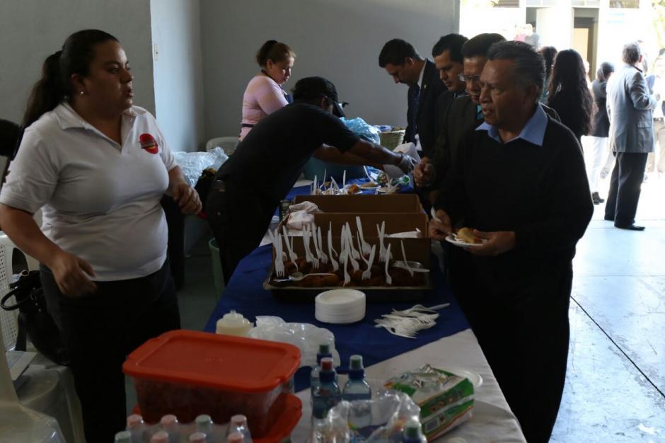 Ofrecieron todo tipo de comida para los abogados. (Foto: Alejandro Balam/Soy502).