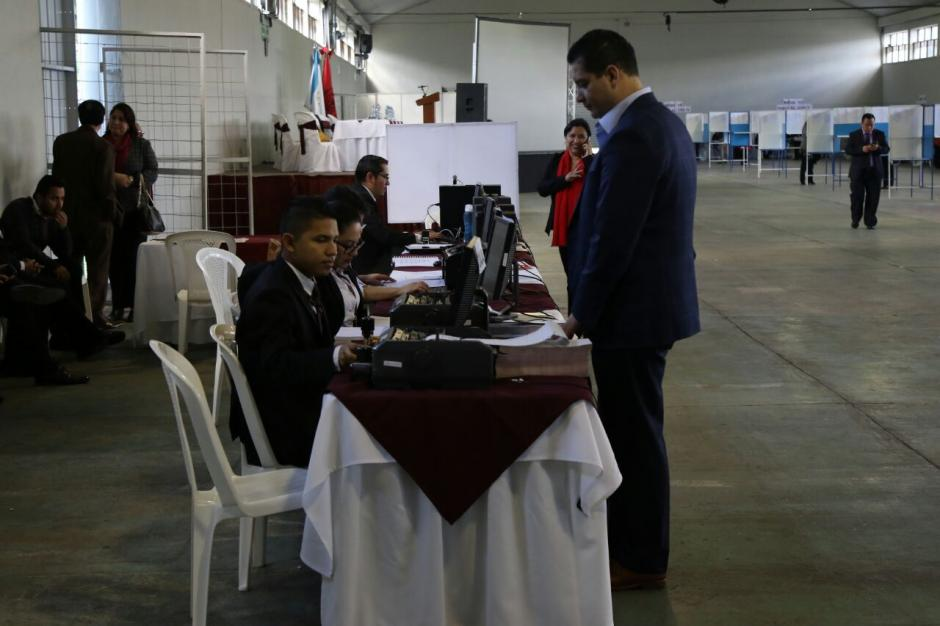 Los profesionales tenían la oportunidad de revisar si estaban al día con sus pagos de colegiatura. (Foto: Alejandro Balam/Soy502).