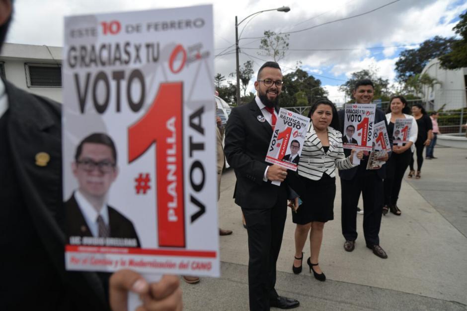 Desde la entrada se observaba a grupo de simpatizantes haciendo proselitismo. (Foto: Wilder López/Soy502)