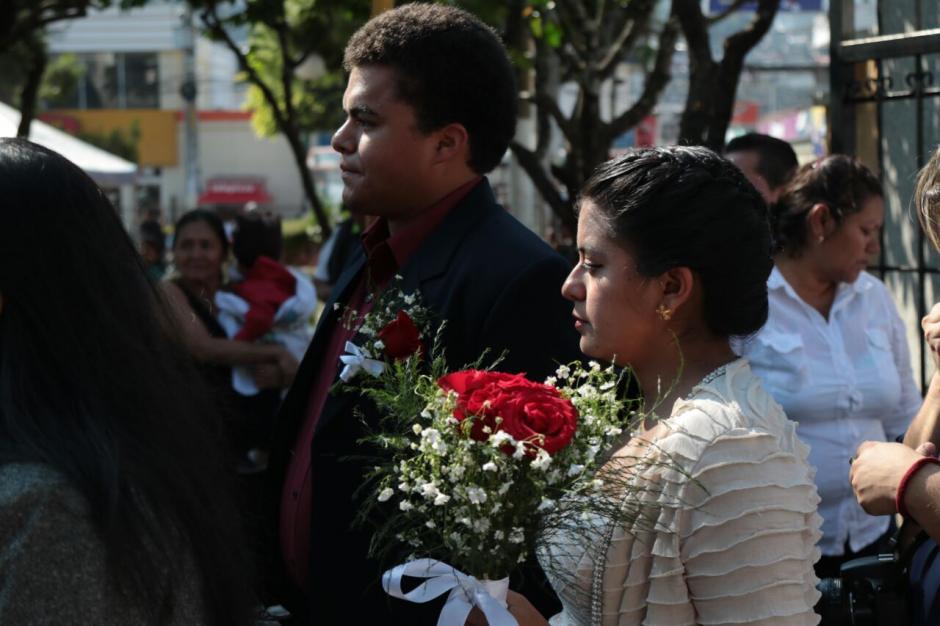Las parejas llegaron puntuales a la cita. (Foto: Alejandro Balán/Soy502)