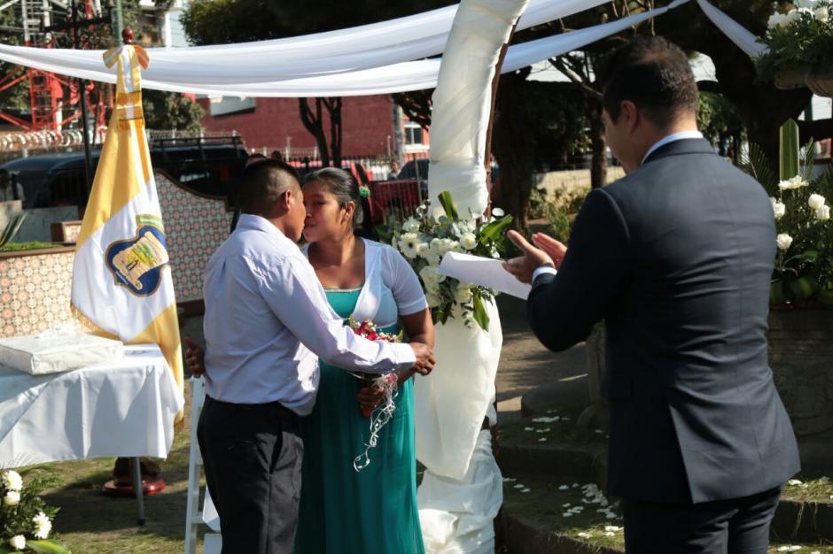 El acto duró cerca de dos horas debido a la gran cantidad de parejas. (Foto: Alejandro Balán/Soy502)