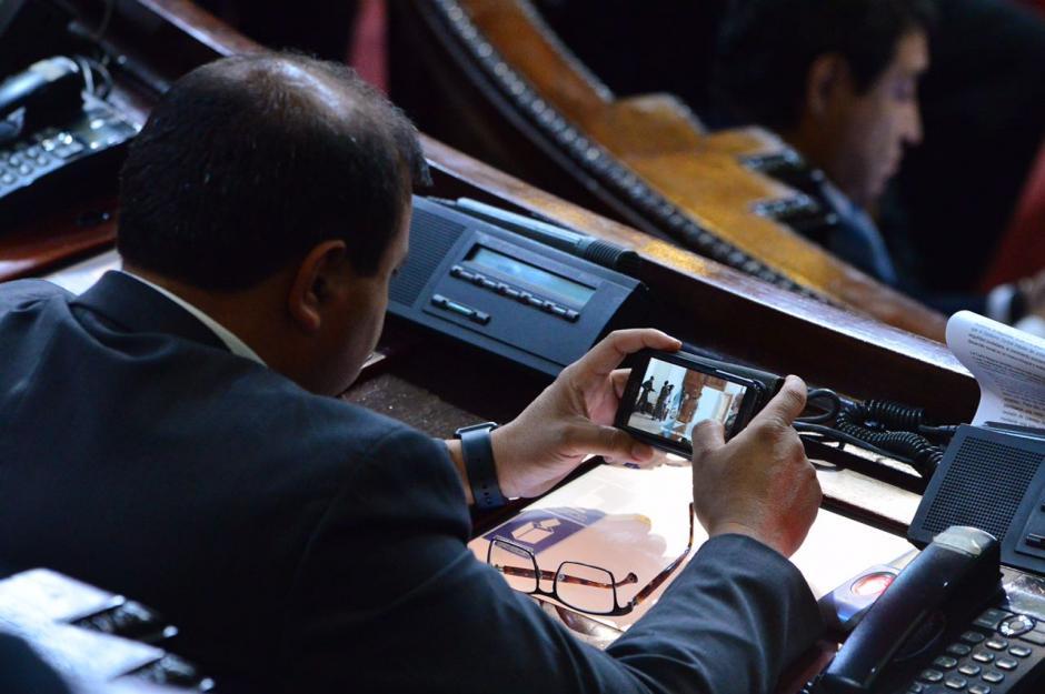 Mérida se entretiene con estos videos mientras se discuten las reformas constitucionales al sector justicia. (Foto: Jesús Alfonso/Soy502)