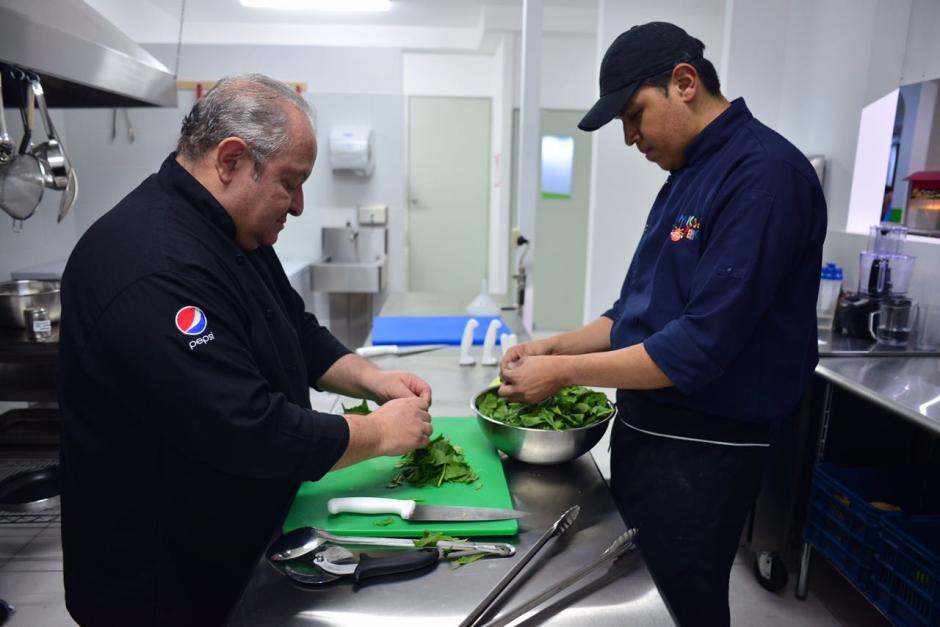 """Edgar asegura que es un chef """"que se ensucia las manos"""" ya que no solo dirige la cocina sino que también se involucra en la comida. (Foto: Jesús Alfonso/Soy502)"""