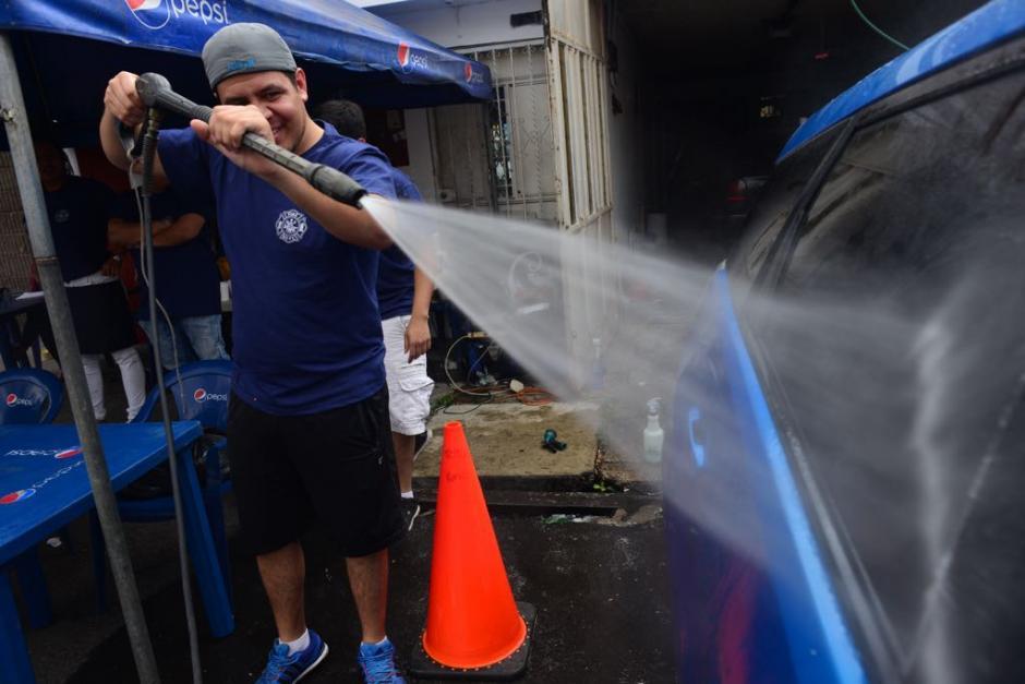 Un bombero usa una manguera en la actividad. (Foto: Jesús Alfonso/Soy502)