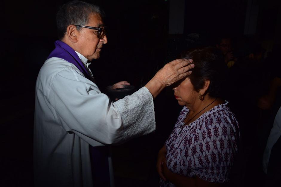 Miles de feligreses guatemaltecos asisten este día a los templos para que les sea impuesta la cruz de ceniza. (Foto: Jesús Alfonso/Soy502)