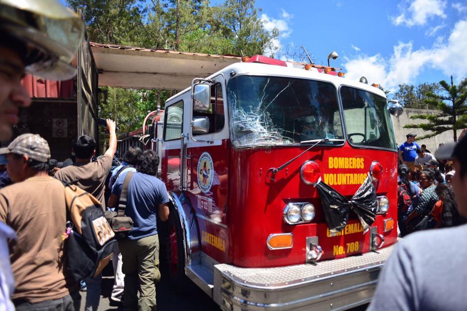Las autoridades y bomberos llegaron a auxiliar a los menores en el lugar. (Foto Jesús Alfonso/Soy502)