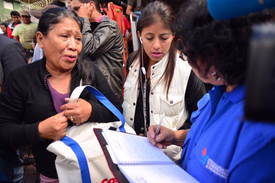 Los familiares de los jóvenes que se encuentran dentro del hogar dan los nombres de sus menores para que les brinden información oficial. (Foto: Jesús Alfonso/Soy502)