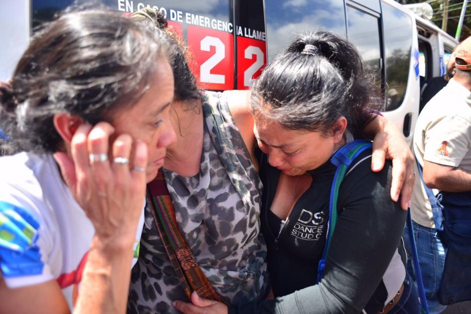 Familiares lloraron a sus víctimas fuera del hogar ubicado en San José Pinula. (Foto Jesús Alfonso/Soy502)