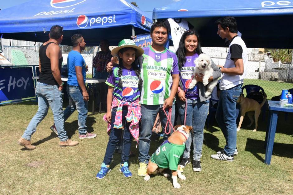 La familia Álvarez Sánchez llevó a sus mascotas al estadio Pensativo. (Foto: Pablo Solís/Nuestro Diario)