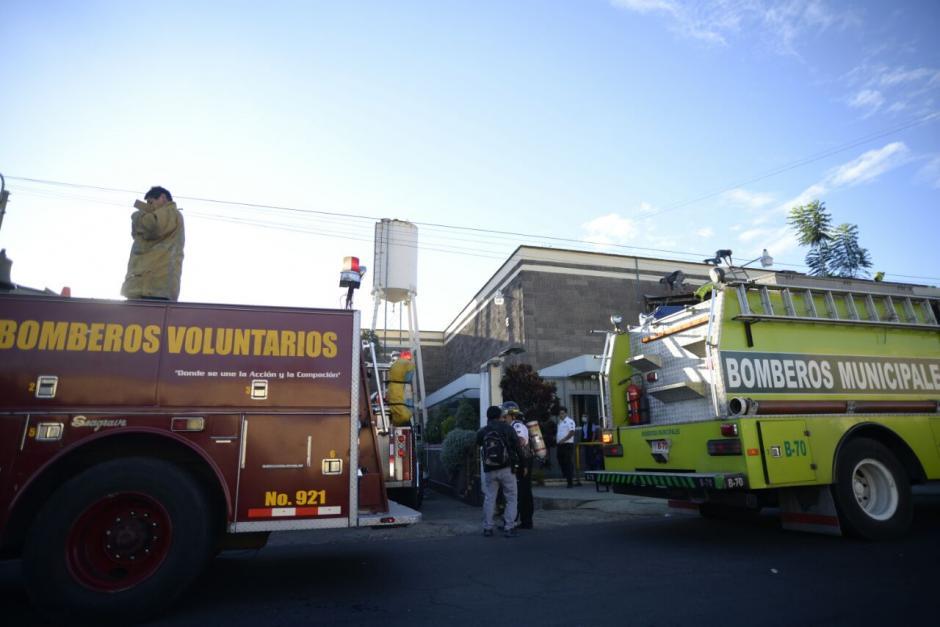 Ambos cuerpos bomberiles llegaron a la escena del siniestro. (Foto: Wilder López/Soy502)