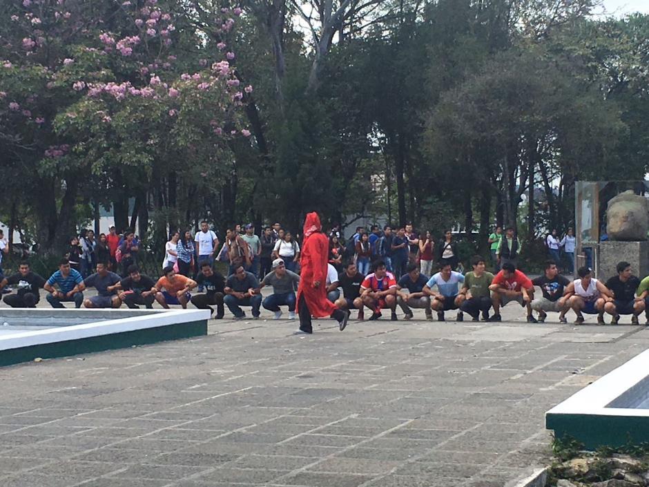 El grupo de unos doscientos estudiantes hicieron ejercicios por todo el campus universitario. (Foto: Fredy Hernández/Soy502)