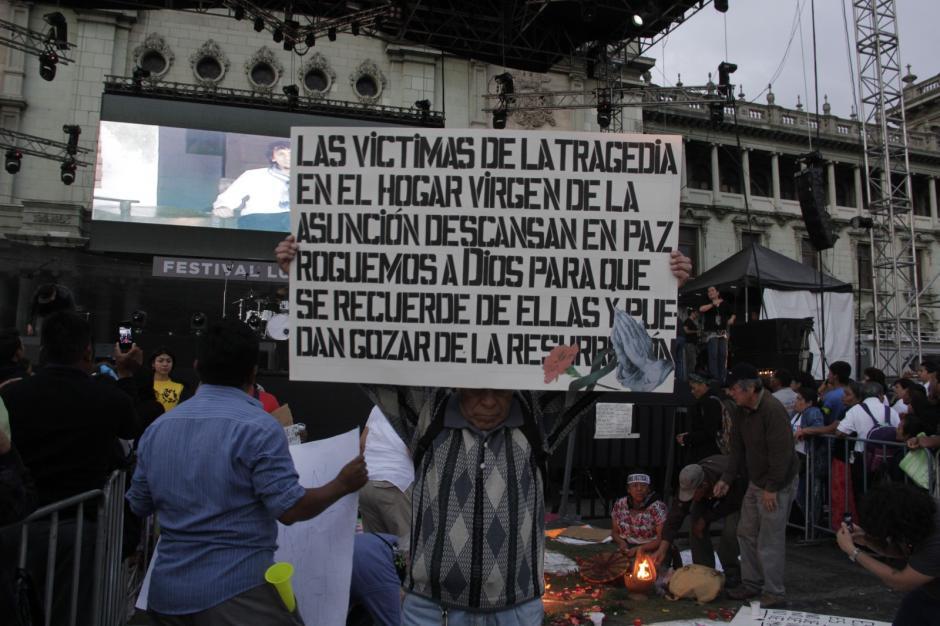 Los manifestantes permanecen en la plaza a pesar de haber iniciado el evento de Luis Palau. (Foto: Fredy Hernández/Soy502)