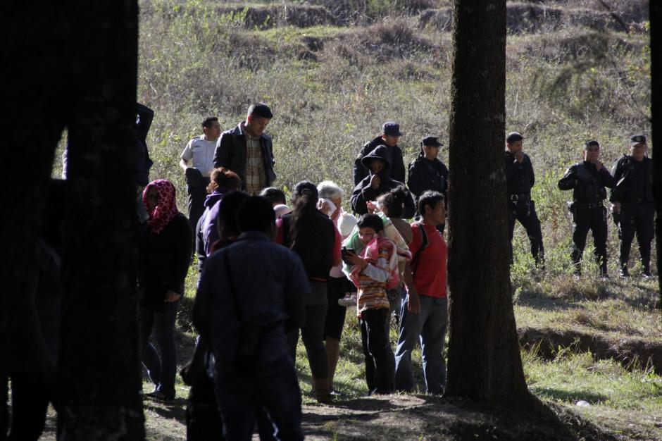 Familiares de los jóvenes llegaron fuera del centro para saber si sus hijos se encontraban bien. (Foto: Fredy Hernández/Soy502)