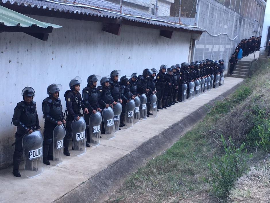 Agentes de la Policía Nacional Civil (PNC) resguardaban los alrededores del Centro de Privación de Libertad para Varones Etapa II. (Foto: Fredy Hernández/Soy502)