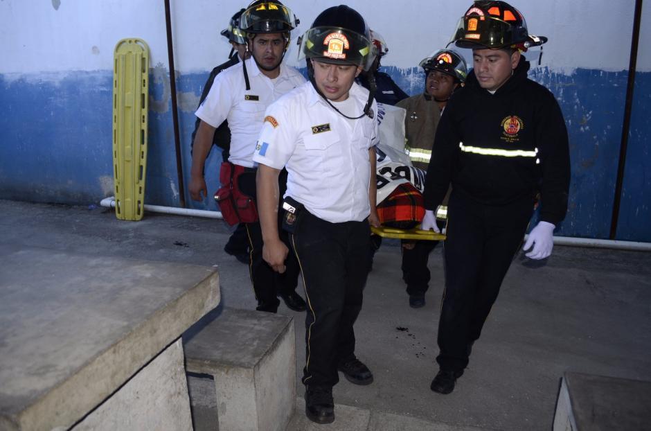 Los bomberos trasladaron el cuerpo del monitor fallecido dentro del correccional. (Foto: Fredy Hernández/Soy502)