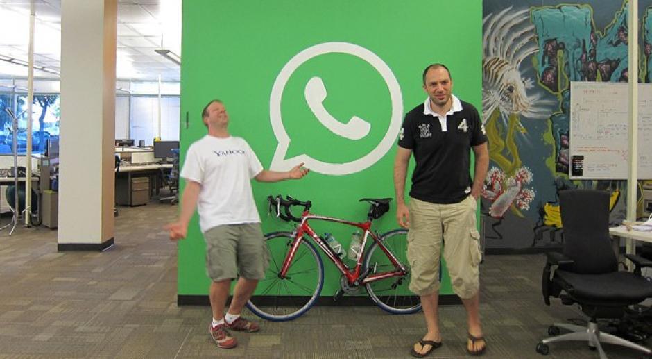 Jan Koum junto con Brian Acton, los fundadores de WhatsApp. (Foto: elpais.com)