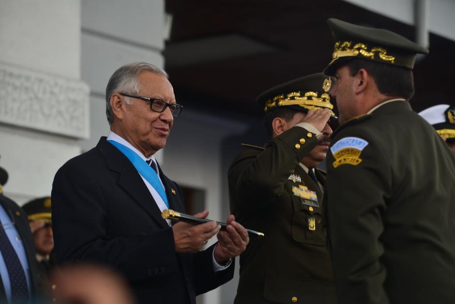 El presidente Alejandro Maldonado recibió el bastón de mando del Ejército, de las manos del Ministro de la Defensa Williams Mansilla. (Foto: Wilder López/Soy502)
