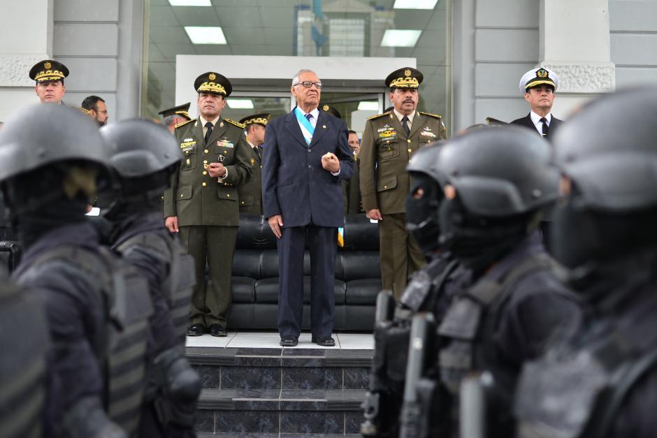Tropas desfilaron frente al presidente Alejandro Maldonado (centro), acompañado por Williams Mansilla, ministro de Defensa (izquierda), y Alfredo Sosa, Jefe del Estado Mayor de la Defensa Nacional (derecha). (Foto: Wilder López/Soy502)