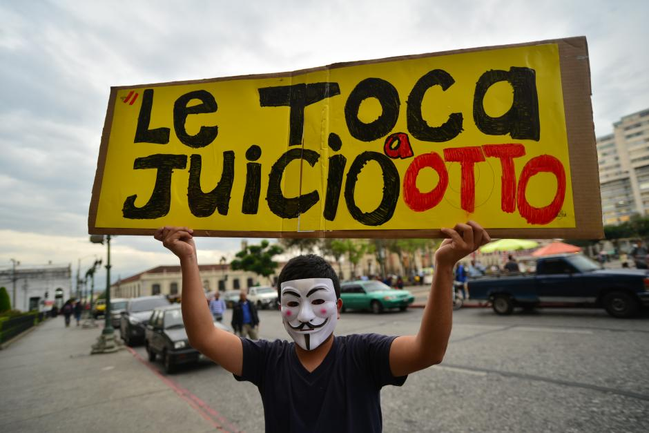 Manifestantes portaron carteles solicitando la renuncia del presidente Otto Pérez Molina. (Foto: Wilder López/Soy502)