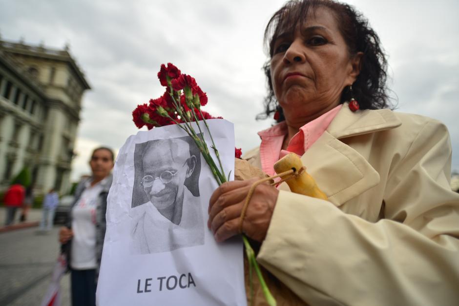 Algunos portaron retratos del pensador indio Mahatma Gandhi bajo el lema Le Toca. (Foto: Wilder López/Soy502)