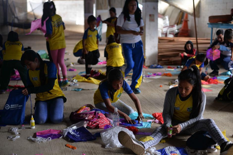 Los pequeños adornaron barriletes que luego elevaron al cielo. (Foto: Wilder López/Soy502)