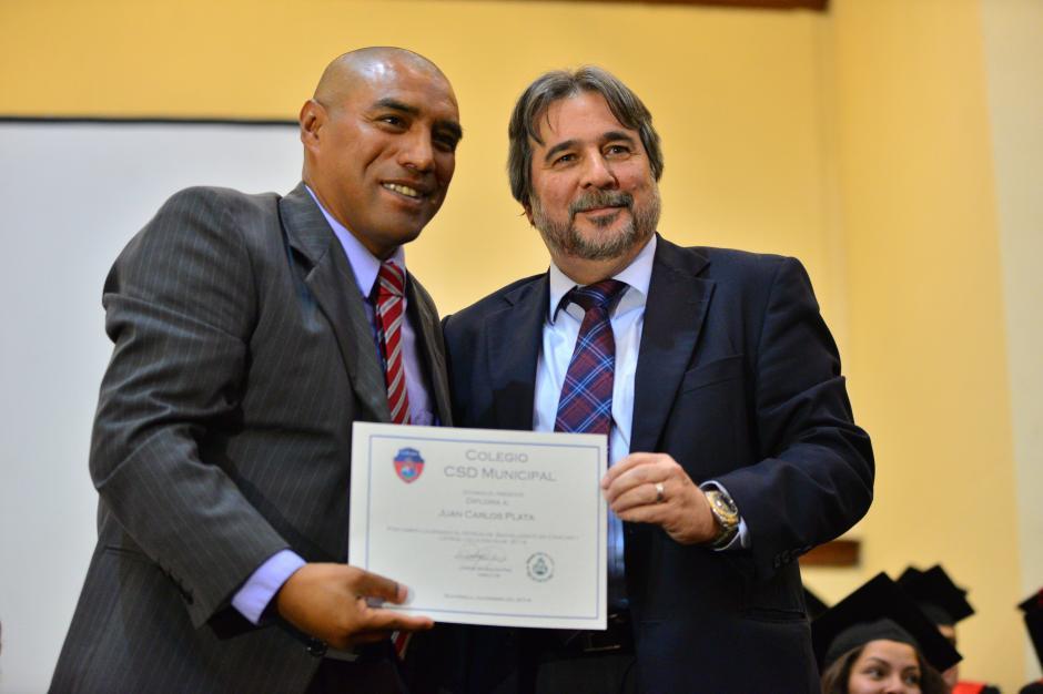 Gerardo Villa, presidente del club Municipal le dio a Juan Carlos Plata su diploma de bachiller.(Foto: Wilder López/Soy 502)