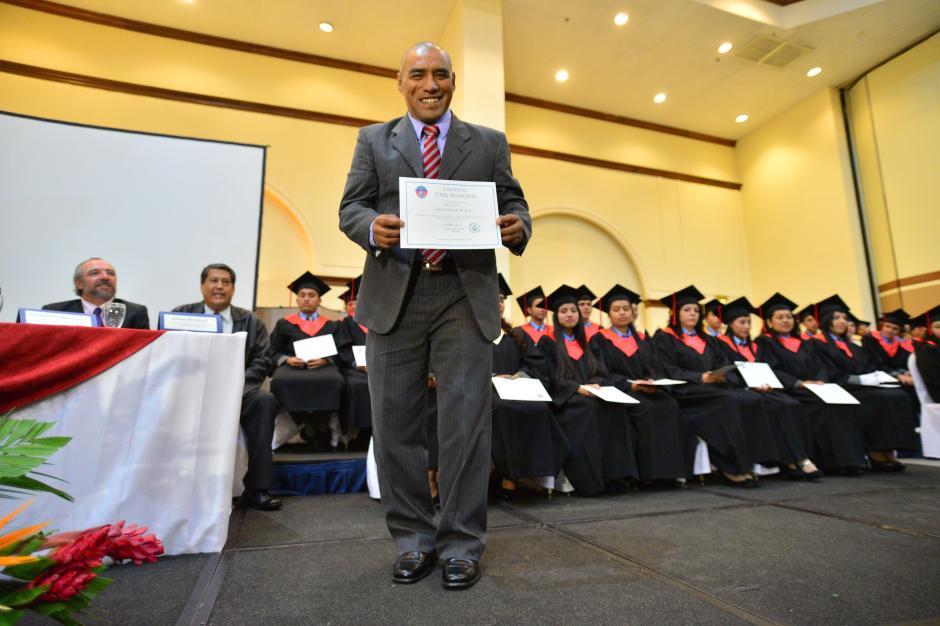 Con orgullo, Plata mostró su diploma de educación media.(Foto: Wilder López/Soy 502)
