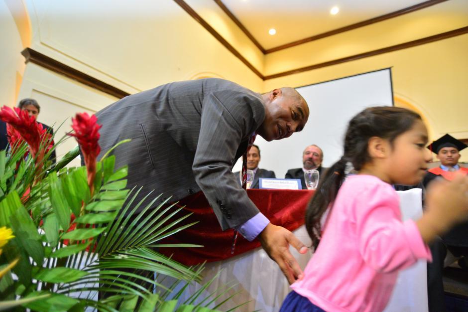 """Un gesto bonito que rompió el protocolo, la pequeña hija del """"Pin"""" fue abrazarlo a la tarima.(Foto: Wilder López/Soy 502)"""