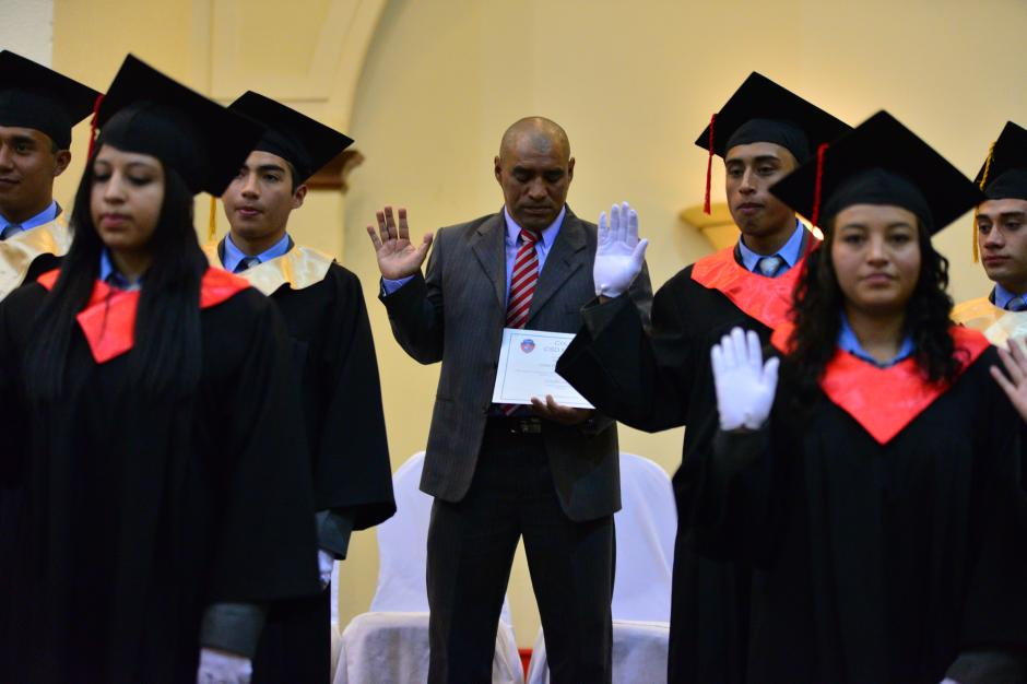 Juan Carlos Plata recibió su diploma de bachiller en ciencias y letras, del colegio CSD Municipal.(Foto: Wilder López/Soy 502)