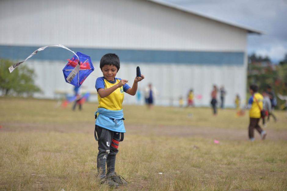 Tras culminar los barriletes, los pequeños los elevaron al cielo. (Foto: Wilder López/Soy502)