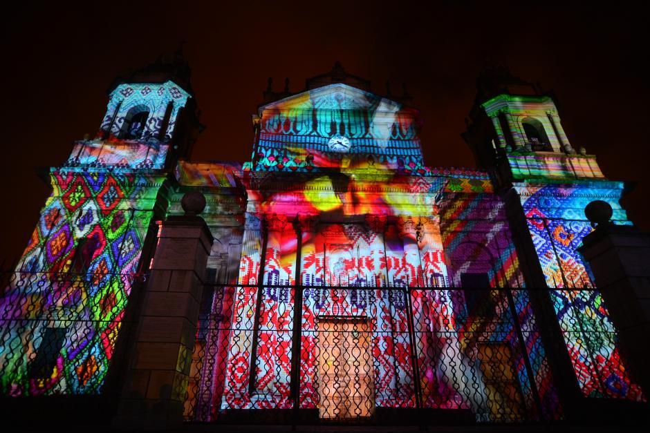 La fachada de la Catedral se tiño de color y luz. (Foto: Wilder López/Soy502)