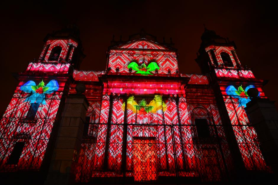 Motivos navideños y algunas formas inspiradas en la cultura guatemalteca adornaron la fachada de la Catedral Metropolitana. (Foto: Wilder López/Soy502)