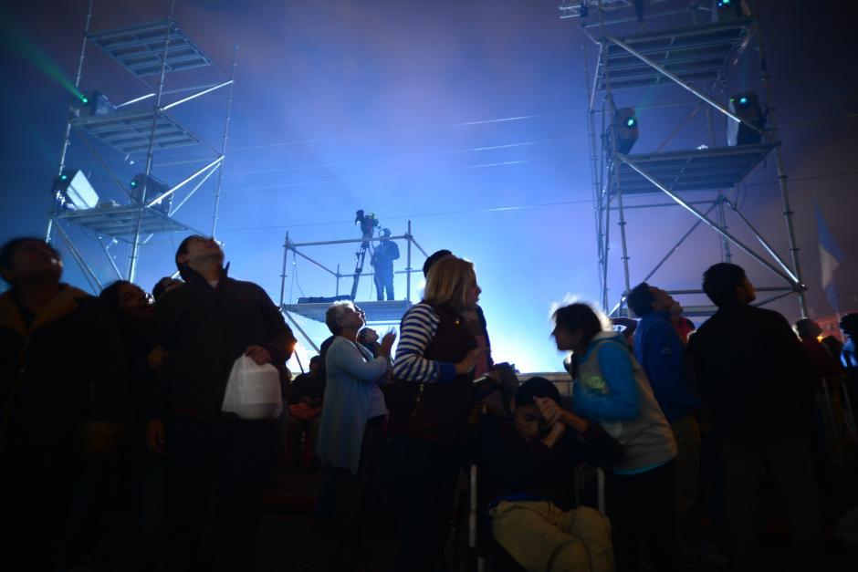 Cientos de guatemaltecos se congregaron en la Plaza de la Constitución para admirar el espectáculo. (Foto: Wilder López/Soy502)