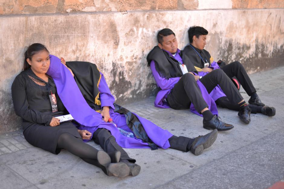 El largo recorrido, que inicia desde tempranas horas, deja exhaustos a muchos. (Foto: Wilder López/Soy502)