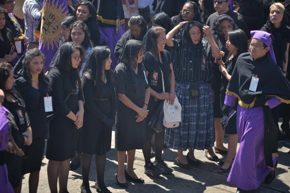 Las mujeres que participan cargando el anda de la Virgen visten de negro. (Foto: Wilder López/Soy502)